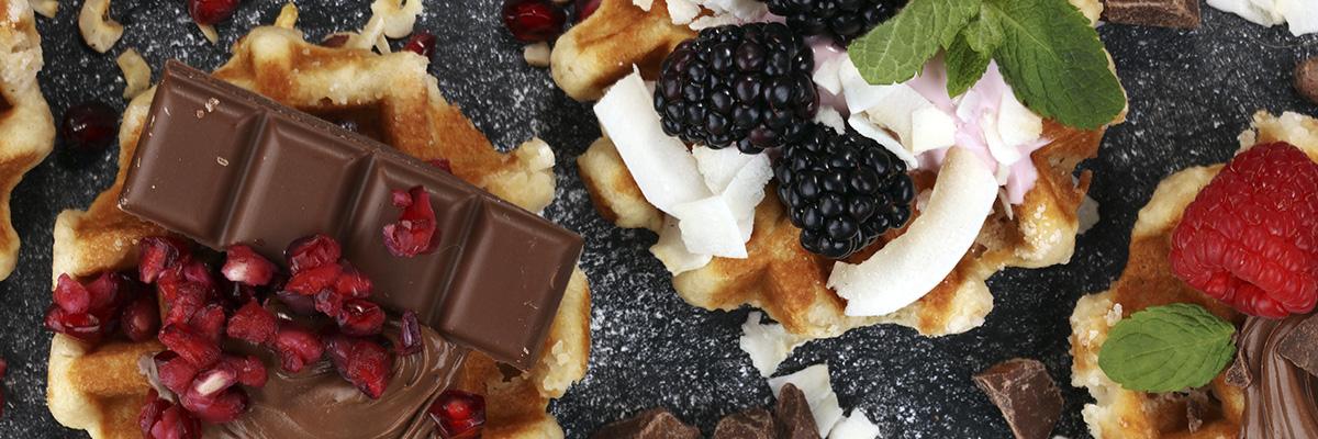 marjoilla ja suklaalla koristeltuja vohveleita mustalla taustalla, vohvelit, helppoa ja nopeaa leivottavaa