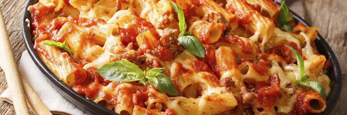 Uunipastavuoka tomaatilla ja jauhelihalla helppo ruoka uunissa
