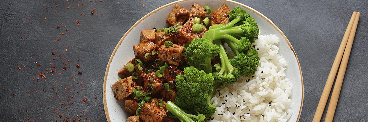 Paistettua tofua ja parsakaalia riisin kanssa