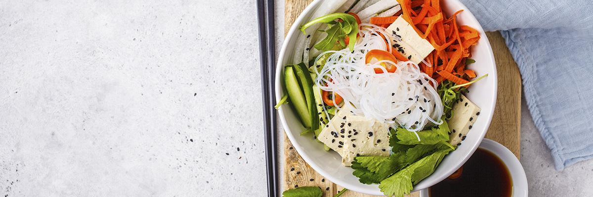 nopea terveellinen ruoka nuudelisalaatti