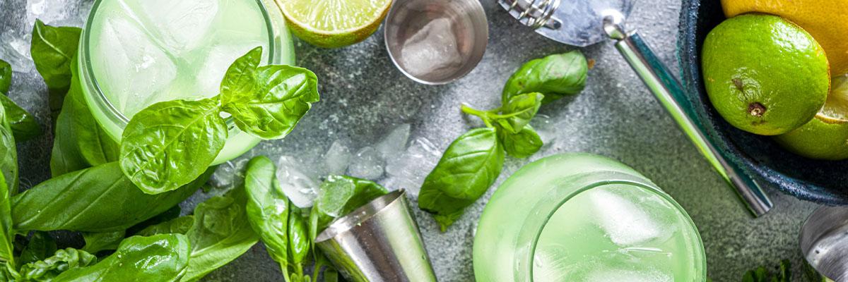 Gin-cocktail basilikalla ja limellä yrtit
